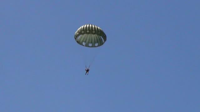 vídeos de stock, filmes e b-roll de old militar de pára-quedas - paraquedismo
