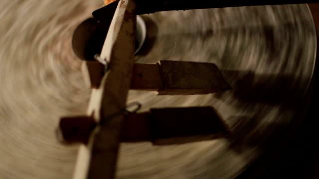 alte mühle, die herstellung von mehl aus getreide - stein baumaterial stock-videos und b-roll-filmmaterial