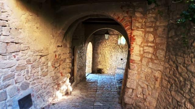 vídeos de stock e filmes b-roll de old narrow street in a village in tuscany - stabilized shot