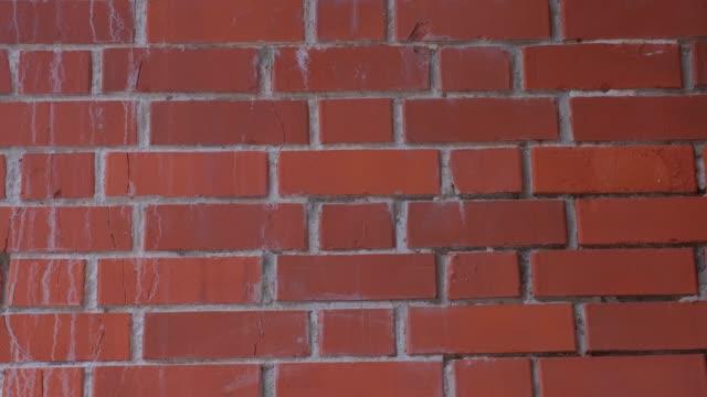 古いオレンジレンガの壁。レンガの壁、石積みのテクスチャ、レンガのパターンの背景 - 石垣点の映像素材/bロール