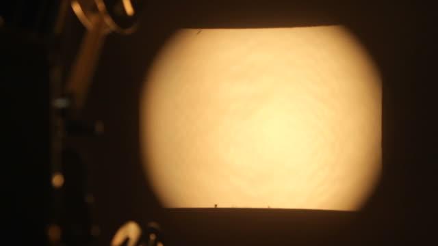 stary projektor - urządzenie projekcyjne filmów i materiałów b-roll