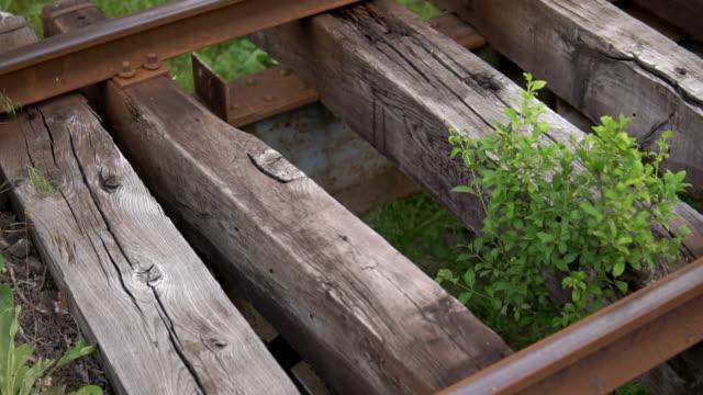 gamla järnvägsspår på gamla och förfallna träsliprar - solar panel bildbanksvideor och videomaterial från bakom kulisserna