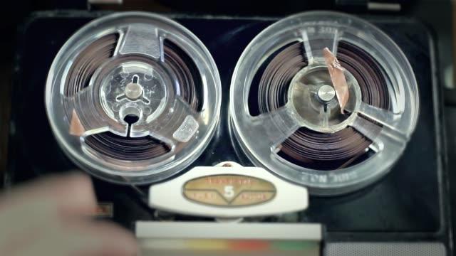 old reel to reel tape recorder. - bobina apparecchiatura di registrazione del suono video stock e b–roll