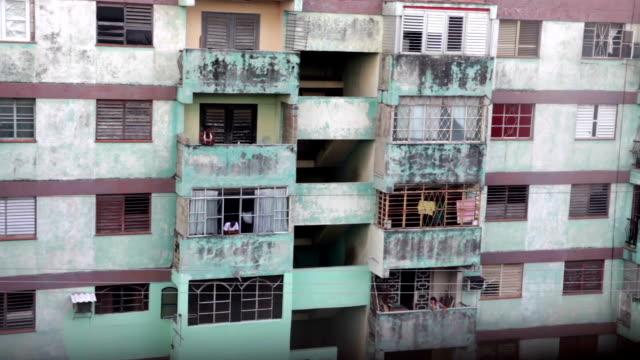 alte viertel residencial gebäude in la havanna, kuba - havanna stock-videos und b-roll-filmmaterial