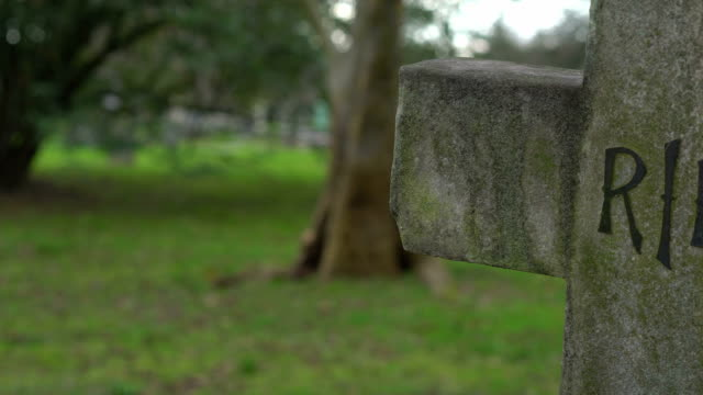old rest in piece crucifix on a cemetery rip - inghilterra sud orientale video stock e b–roll