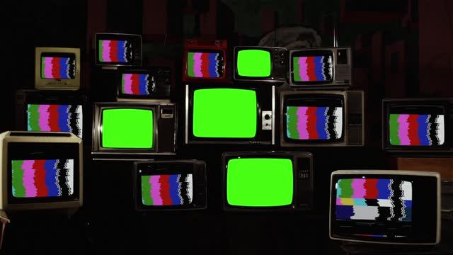 vídeos de stock, filmes e b-roll de televisores retrô antigos com barras coloridas e quatro televisores antigos girando em telas verdes. - objeto manufaturado