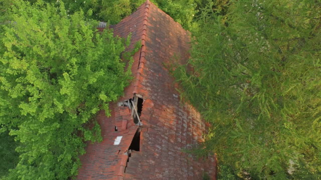 aerial gammal förstörda bondgård i skogen - roof farm bildbanksvideor och videomaterial från bakom kulisserna