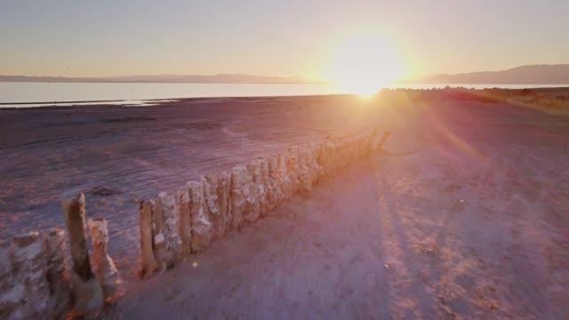 vidéos et rushes de vieille ruine jetée à la mer de salton - drone shot - lac salé
