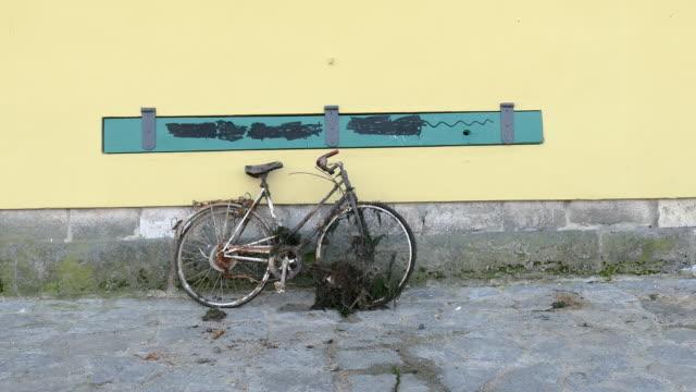 壁や人に対する古いさびた abandonned 競輪はドイツのレーゲンスブルクに前に歩く - 打ち捨てられた点の映像素材/bロール