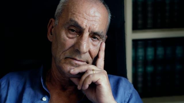 stockvideo's en b-roll-footage met oude triest en depressief man zit alleen denken - portrait background
