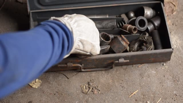 alte satz von schraubenschlüsseln und köpfen auf betonboden in der werkstatt. - steckschlüssel stock-videos und b-roll-filmmaterial