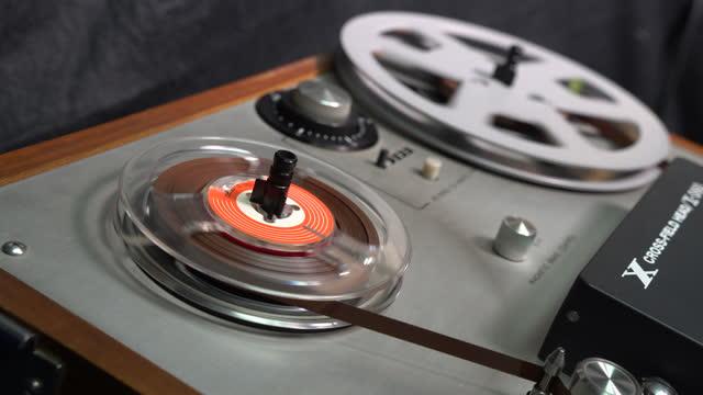 vecchio registratore stereo - mangianastri video stock e b–roll