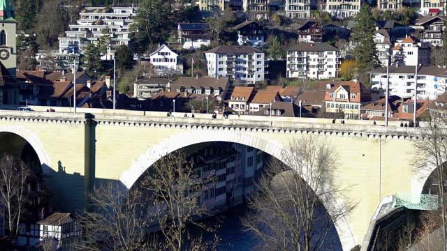 Alte steinerne Bogenbrücke Untertorbrucke spanning Aare-Fluss in Bern, Schweiz – Video