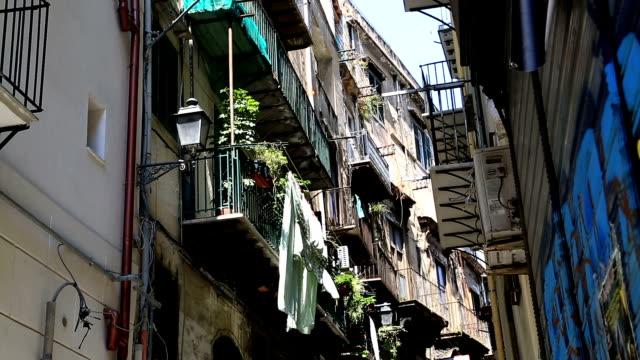 vecchia strada in sicilia - palermo città video stock e b–roll