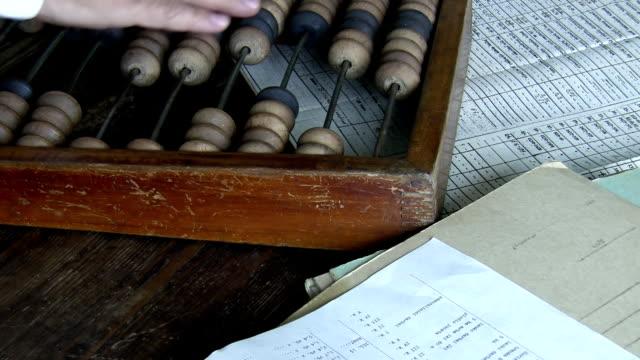 gammal stil revisor som arbetar med abacus - abakus bildbanksvideor och videomaterial från bakom kulisserna