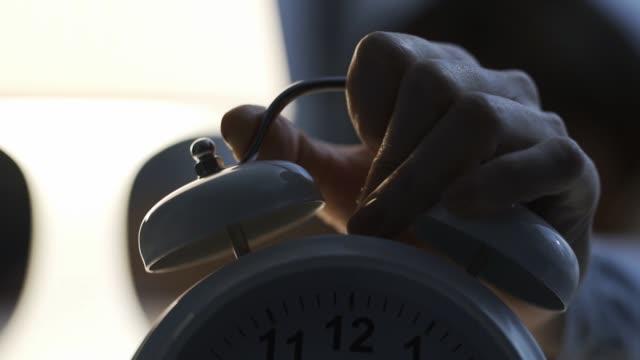 vídeos de stock e filmes b-roll de old style alarm clock ringing early in the morning - dar murros