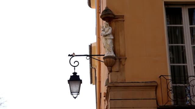 vidéos et rushes de vieux style eclairage public et statue de la vierge marie, aix-en-provence, france - aix en provence