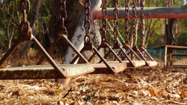 古いスイングドリーショット - 錆びている点の映像素材/bロール