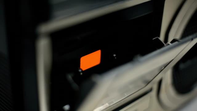 vecchio nastro cassetta - cassetta video stock e b–roll