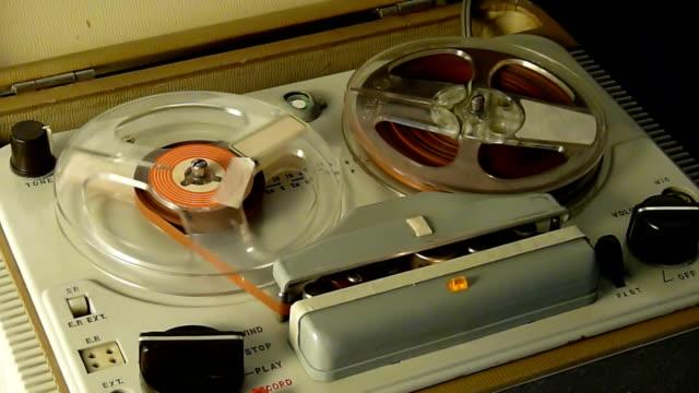 vecchio registratore - mangianastri video stock e b–roll