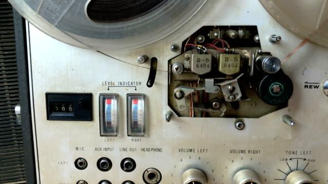 old tape recorder - bobina apparecchiatura di registrazione del suono video stock e b–roll
