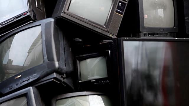 バンコク、タイ - 2015 年 1 月 8 日: 古いテレビ電子ジャンク、ゴミ、ゴミ、リサイクルをすることができます。積み上げ壊れたテレビはリサイクルと環境をテーマに公正に表示します。バック グラウンド タイトル、エンド ・ クレジットに最適 - 機械部品点の映像素材/bロール