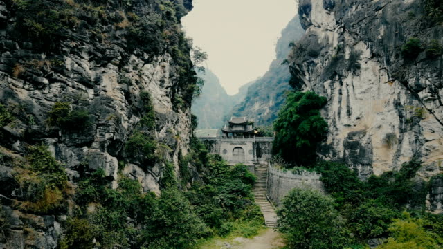 old temple chinese temple in rock in tam coc - tempio video stock e b–roll