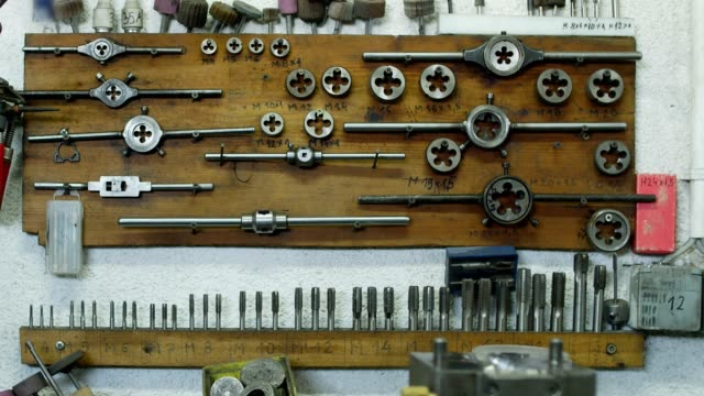 vídeos de stock e filmes b-roll de old tools hanging on wall in workshop tool shelf - fundo oficina