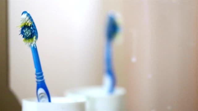 vídeos de stock e filmes b-roll de old toothbrushes in the bathroom. - escovar