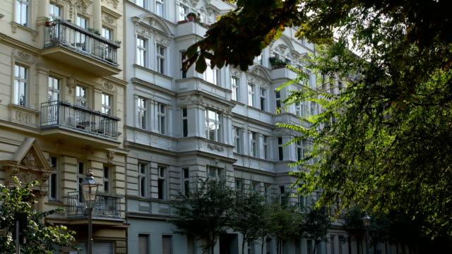 夏の日にベルリンの旧市街 - 別荘点の映像素材/bロール