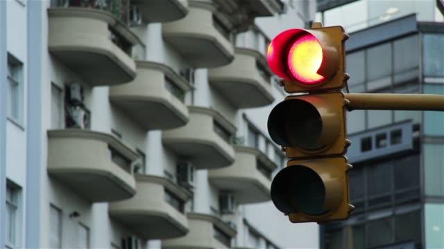 vídeos y material grabado en eventos de stock de viejo semáforo, rojo se vuelve verde. buenos aires, argentina. - semáforo