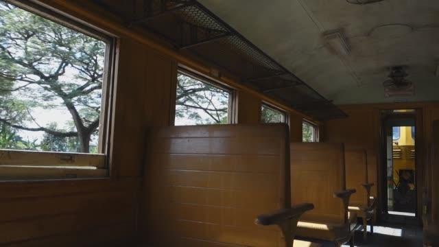 vidéos et rushes de vieille voiture de passager de train avec le siège en bois de banc - wagon