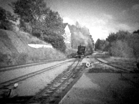vídeos de stock, filmes e b-roll de velho trem  - transporte ferroviário