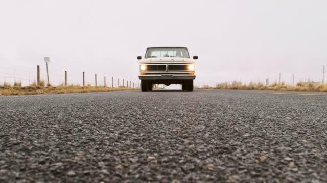 vidéos et rushes de vieux camion sur une route vide - vue en contre plongée