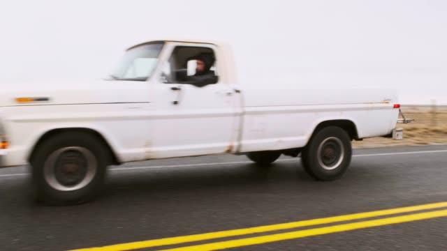 vídeos de stock, filmes e b-roll de caminhão velho em uma estrada vazia - caminhonete pickup