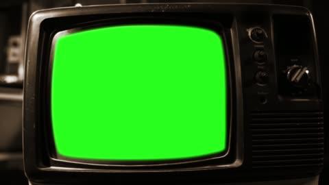 vidéos et rushes de vieil écran tv vert. gros plan. sépia tonifié. - format hd