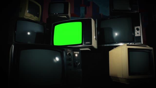 gammal tv grön skärm med många tv-apparater. - 1900 talet bildbanksvideor och videomaterial från bakom kulisserna