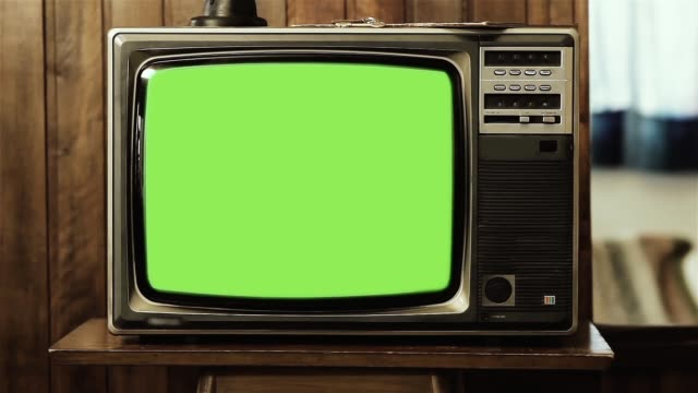 vidéos et rushes de vieux téléviseur avec écran vert explose. - tradition