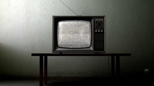 古いテレビ、緑色の画面のお部屋 - テーブル 無人のビデオ点の映像素材/bロール