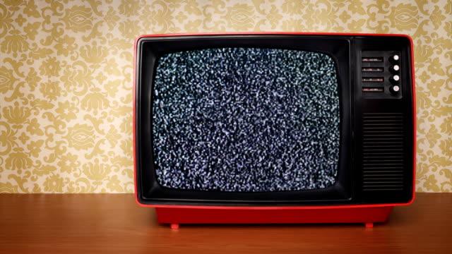 old tv with signal noise - retro bildbanksvideor och videomaterial från bakom kulisserna