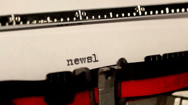 vecchia macchina da scrivere di scrivere la parola newsletter - newsletter video stock e b–roll