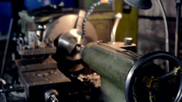 공장이 게에서 오래 된 빈티지 선반 - chuck lorre 스톡 비디오 및 b-롤 화면