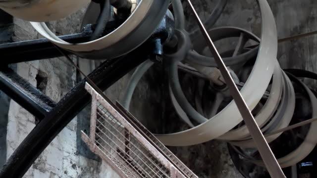 古いヴィンテージ電源機構作業 - 錆びている点の映像素材/bロール
