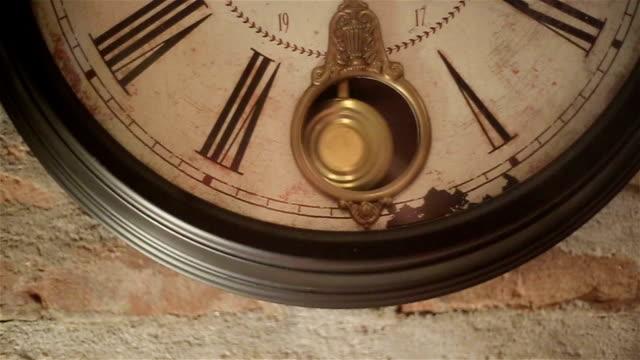 vídeos de stock, filmes e b-roll de antigo relógio de parede  - 20 24 anos