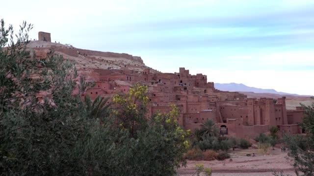 old walls of ait ben haddou - cultura del medio oriente video stock e b–roll
