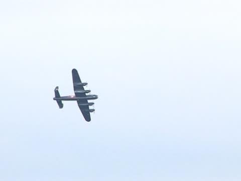 vidéos et rushes de ancien avion de guerre militaire/avions-bombardier lancaster - première guerre mondiale