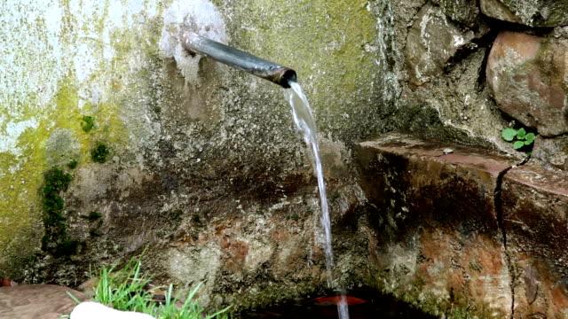 старый полив fountain с минимальной крупный план - элемент здания стоковые видео и кадры b-roll