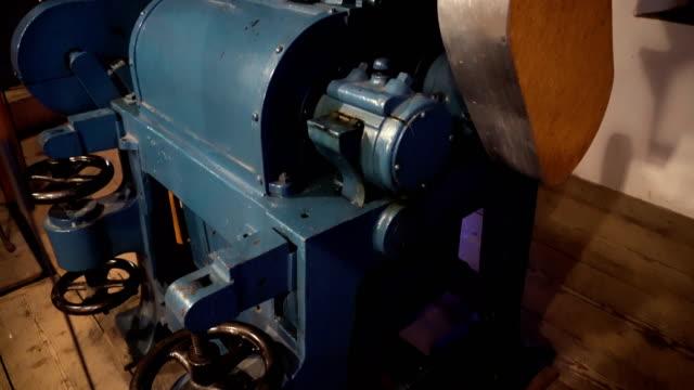 altes weizen oder maisschleifer - grind stock-videos und b-roll-filmmaterial