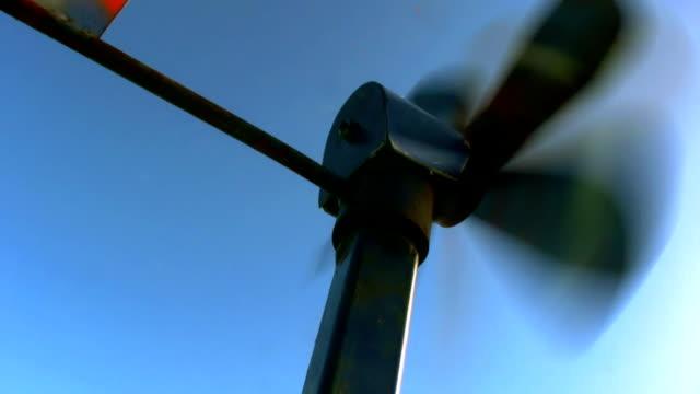 Altes Windrad vor blauem Himmel video