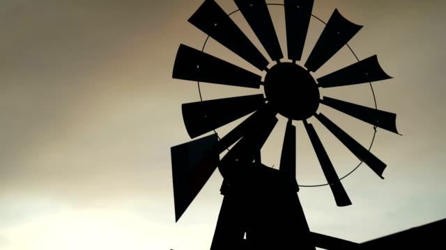 gammal väderkvarn siluett - vindsnurra jordbruksbyggnad bildbanksvideor och videomaterial från bakom kulisserna